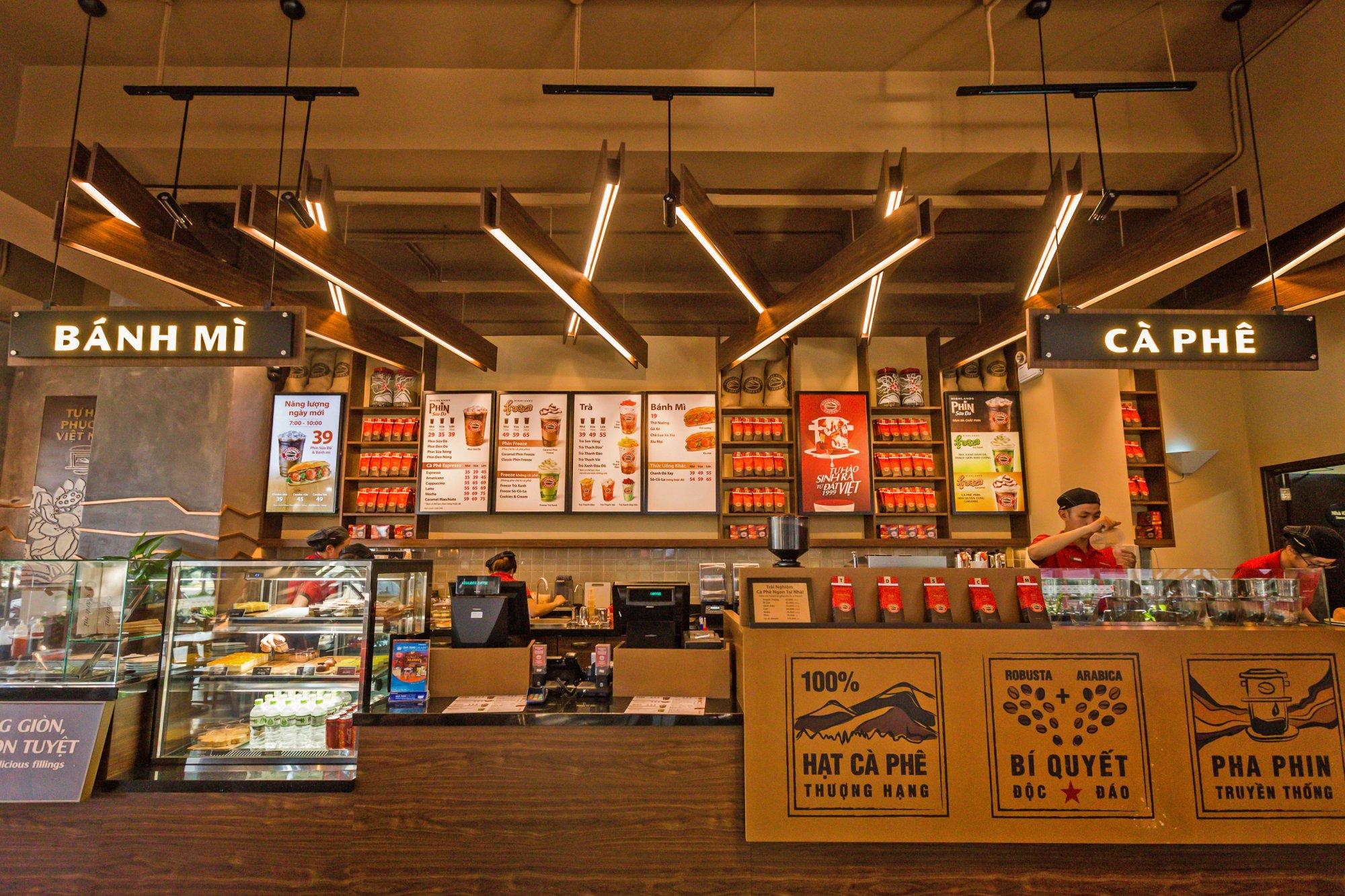 thiết kế quầy bar quán cafe Highlands Coffee